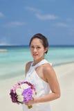 Ασιατική κινεζική νύφη στην υπαίθρια παραλία photoshoot Στοκ εικόνες με δικαίωμα ελεύθερης χρήσης