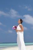 Ασιατική κινεζική νύφη στην υπαίθρια παραλία photoshoot Στοκ φωτογραφία με δικαίωμα ελεύθερης χρήσης