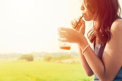 Ασιατική κοριτσιών σόδα φρούτων πάγου ποτών δροσερή στην καυτή θερινή ημέρα Στοκ Φωτογραφίες