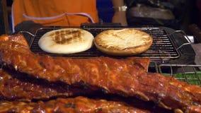 Ασιατική κουζίνα, έννοια τροφίμων κλείστε BBQ πλευρά χοιρινού κρέατος στο μετρητή στην αγορά νύχτας στην οδό απόθεμα βίντεο