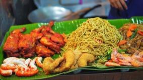 Ασιατική κουζίνα, παραδοσιακά πιάτα, τρόφιμα οδών στην αγορά νύχτας, ρύζι και νουντλς με τα θαλασσινά, το ταξίδι και τον τουρισμό απόθεμα βίντεο