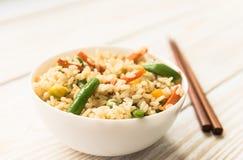 Ασιατική κουζίνα - τηγανισμένο ρύζι με τα διαφορετικά λαχανικά στοκ εικόνα με δικαίωμα ελεύθερης χρήσης