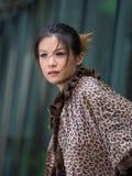Ασιατική κυρία που φαίνεται στοχαστική στην πόλη Στοκ φωτογραφίες με δικαίωμα ελεύθερης χρήσης