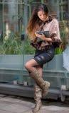 Ασιατική κυρία που φαίνεται στοχαστική στην πόλη Στοκ εικόνες με δικαίωμα ελεύθερης χρήσης