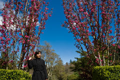 Ασιατική κυρία σε έναν ρόδινο κήπο λουλουδιών στοκ εικόνες με δικαίωμα ελεύθερης χρήσης