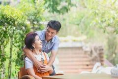 Ασιατική μέσης ηλικίας χαλάρωση ατόμων με τη σύζυγο στη ημέρα γάμου επετείου στοκ εικόνα με δικαίωμα ελεύθερης χρήσης