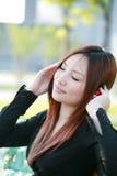 ασιατική μουσική ακούσματος στη γυναίκα στοκ εικόνες