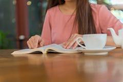 Ασιατική νέα γυναικεία εστίαση στο βιβλίο ανάγνωσης Στοκ Εικόνες