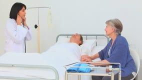 Ασιατική νοσοκόμα που επισκέπτεται τον ασθενή της απόθεμα βίντεο