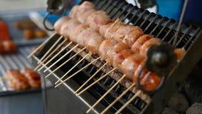 ασιατική οδός τροφίμων BBQ, σχάρα στα ραβδιά Γρήγορο φαγητό στις ασιατικές χώρες απόθεμα βίντεο