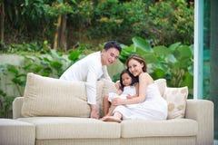 Ασιατική οικογένεια ευτυχής από κοινού Στοκ φωτογραφία με δικαίωμα ελεύθερης χρήσης