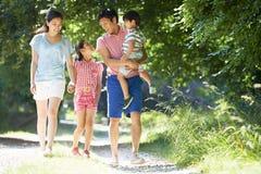 Ασιατική οικογένεια που απολαμβάνει τον περίπατο στην επαρχία Στοκ Φωτογραφίες