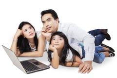 Ασιατική οικογένεια που ονειρεύεται κάτι Στοκ εικόνα με δικαίωμα ελεύθερης χρήσης