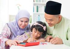Ασιατική οικογένεια που σύρει και που χρωματίζει Στοκ Φωτογραφίες