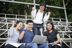Ασιατική ομάδα επιτυχίας σπουδαστών και έννοιας νίκης - ευτυχές τσάι Στοκ Εικόνες