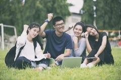 Ασιατική ομάδα επιτυχίας σπουδαστών και έννοιας νίκης - ευτυχές τσάι Στοκ εικόνες με δικαίωμα ελεύθερης χρήσης