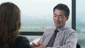 Ασιατική ομιλία επιχειρηματιών στην αρχή απόθεμα βίντεο