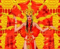 Ασιατική ομορφιά με την κόκκινα και χρυσά εξάρτηση και το υπόβαθρο φαντασίας Στοκ εικόνα με δικαίωμα ελεύθερης χρήσης