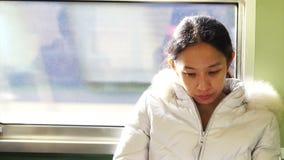 Ασιατική οδήγηση γυναικών στο τραίνο στην ηλιόλουστη ημέρα φιλμ μικρού μήκους