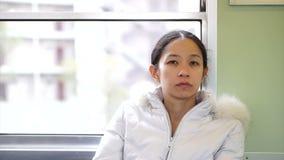Ασιατική οδήγηση γυναικών στο τραίνο στην ηλιόλουστη ημέρα απόθεμα βίντεο