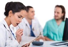 ασιατική πέννα γιατρών που σκέφτεται νέα στοκ φωτογραφίες