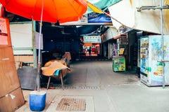 Ασιατική παλαιά οδός αγοράς στο ωχρό χωριό ψαριών Sok Kwu νησιών Lamma στο Χονγκ Κονγκ Στοκ Εικόνες