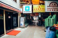 Ασιατική παλαιά οδός αγοράς στο ωχρό χωριό ψαριών Sok Kwu νησιών Lamma στο Χονγκ Κονγκ Στοκ φωτογραφίες με δικαίωμα ελεύθερης χρήσης