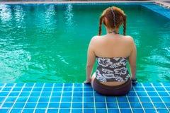Ασιατική παχιά συνεδρίαση γυναικών στην πισίνα Στοκ Εικόνες