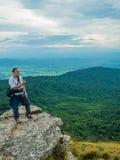 Ασιατική παχιά ταξιδιωτική οδοιπορία στο βουνό Khao Luang στο εθνικό πάρκο Ramkhamhaeng στοκ φωτογραφία με δικαίωμα ελεύθερης χρήσης