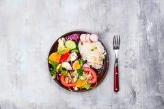 Ασιατική πικάντικη σαλάτα των νουντλς ή του funchoza γυαλιού με τη σαλάτα καρότων και λαχανικών στο υπόβαθρο πετρών Στοκ Φωτογραφίες