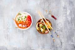 Ασιατική πικάντικη σαλάτα των νουντλς ή του funchoza γυαλιού με τη σαλάτα καρότων και λαχανικών στο υπόβαθρο πετρών Στοκ Εικόνα