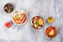 Ασιατική πικάντικη σαλάτα των νουντλς ή του funchoza γυαλιού με τη σαλάτα καρότων και λαχανικών στο υπόβαθρο πετρών Στοκ εικόνα με δικαίωμα ελεύθερης χρήσης