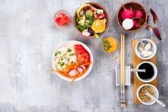 Ασιατική πικάντικη σαλάτα των νουντλς ή του funchoza γυαλιού με τη σαλάτα καρότων και λαχανικών στο υπόβαθρο πετρών Στοκ εικόνες με δικαίωμα ελεύθερης χρήσης