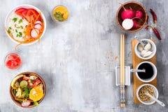 Ασιατική πικάντικη σαλάτα των νουντλς ή του funchoza γυαλιού με τη σαλάτα καρότων και λαχανικών στο υπόβαθρο πετρών Στοκ φωτογραφία με δικαίωμα ελεύθερης χρήσης