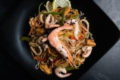 Ασιατική σαλάτα θαλασσινών μαγείρων συστατικών συνταγής γεύματος Στοκ φωτογραφίες με δικαίωμα ελεύθερης χρήσης