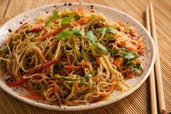 Ασιατική σαλάτα με τα νουντλς ρυζιού και τα λαχανικά, κορεατική κουζίνα ύφους Στοκ Εικόνες
