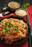 Ασιατική σαλάτα με τα νουντλς ρυζιού και τα λαχανικά, κορεατική κουζίνα ύφους Στοκ εικόνες με δικαίωμα ελεύθερης χρήσης