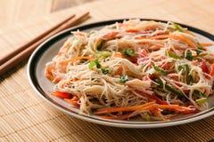 Ασιατική σαλάτα με τα νουντλς και τα λαχανικά ρυζιού Στοκ Εικόνες