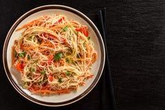 Ασιατική σαλάτα με τα νουντλς και τα λαχανικά ρυζιού Στοκ φωτογραφίες με δικαίωμα ελεύθερης χρήσης
