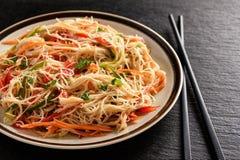 Ασιατική σαλάτα με τα νουντλς και τα λαχανικά ρυζιού Στοκ εικόνα με δικαίωμα ελεύθερης χρήσης