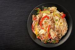 Ασιατική σαλάτα με τα νουντλς, το βόειο κρέας και τα λαχανικά ρυζιού Στοκ Φωτογραφία