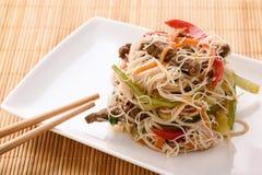 Ασιατική σαλάτα με τα νουντλς, το βόειο κρέας και τα λαχανικά ρυζιού Στοκ Εικόνες