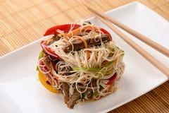 Ασιατική σαλάτα με τα νουντλς, το βόειο κρέας και τα λαχανικά ρυζιού Στοκ φωτογραφία με δικαίωμα ελεύθερης χρήσης