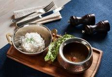 Ασιατική σούπα με τους ρόλους ρυζιού και ψωμιού με τους σπόρους σουσαμιού Στοκ Εικόνα