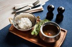 Ασιατική σούπα με τους ρόλους ρυζιού και ψωμιού με τους σπόρους σουσαμιού Στοκ φωτογραφία με δικαίωμα ελεύθερης χρήσης