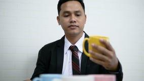 Ασιατική συνεδρίαση των επιχειρηματιών και γυναικών και επίλεκτη κεραμική κούπα χρώματος απόθεμα βίντεο
