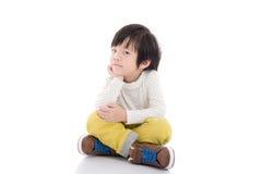 Ασιατική συνεδρίαση παιδιών στο άσπρο υπόβαθρο που απομονώνεται Στοκ Φωτογραφία