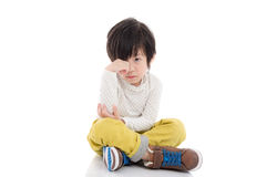 Ασιατική συνεδρίαση παιδιών στο άσπρο υπόβαθρο που απομονώνεται Στοκ Εικόνες