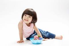 Ασιατική σφαίρα χρώματος παιχνιδιού κοριτσιών Στοκ Φωτογραφία