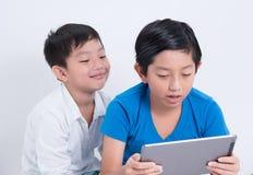 Ασιατική ταμπλέτα παιχνιδιού αγοριών Στοκ Εικόνες